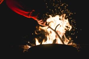 bonfire photo-1445820258694-73a1d5609fb9